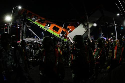 При обрушении метромоста в Мехико погибли дети.